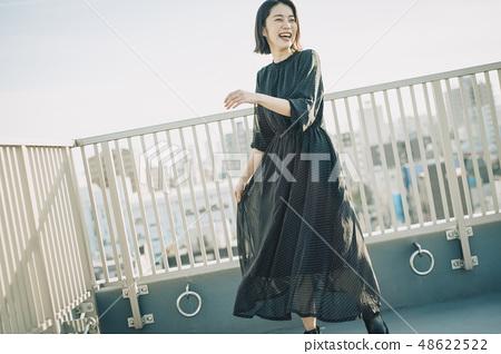 女人屋頂肖像 48622522