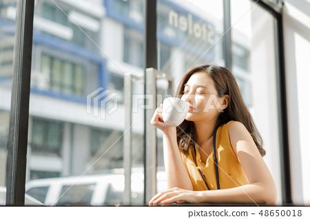 Female business woman coffee break 48650018