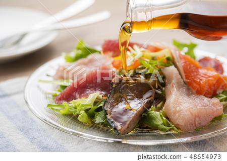 海鮮沙拉配芝麻油 48654973