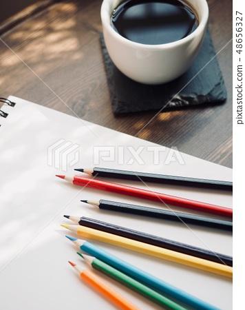 색연필과 스케치북 그리고 커피 48656327