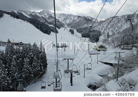 從Kami Takahara滑雪勝地升降機看到的主要斜坡 48669769