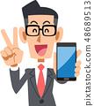 นักธุรกิจที่สวมแว่นตาที่ชื่นชมยินดีกับสมาร์ทโฟน 48689513