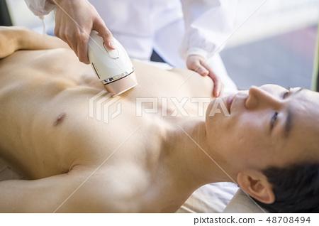 一個永久地去除胸部毛髮的男人在美學上是令人愉悅的,並且針對美麗的皮膚,男士的美容護理和廢頭髮治療 48708494