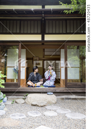 在yukata飲用的啤酒的一對夫婦在邊緣 48720435