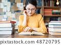 책을 읽는 여자 48720795