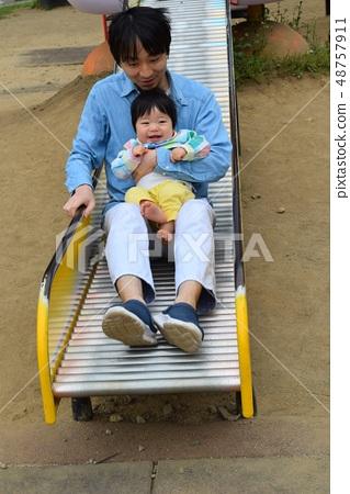 미끄럼틀을 타는 아버지와 아기 1 세 48757911