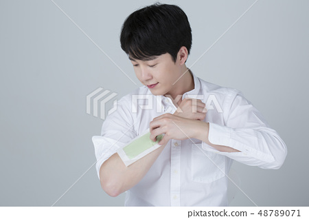 Portrait of attractive young man isolated on gray background 072 48789071