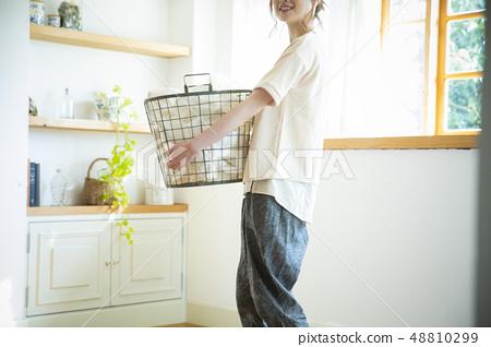 一個女人洗衣服 48810299