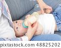 아기 소년 우유 48825202
