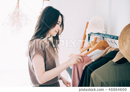 選擇衣服的女人 48864600