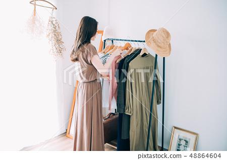 選擇衣服的女人 48864604