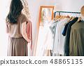 ผู้หญิงเลือกเสื้อผ้า 48865135