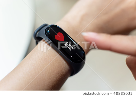 Close up image hand of male using smart watch 48885033