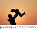 父亲与女儿在夕阳下的剪影 48886222