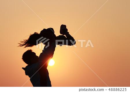 父親與女兒在夕陽下的剪影 48886225