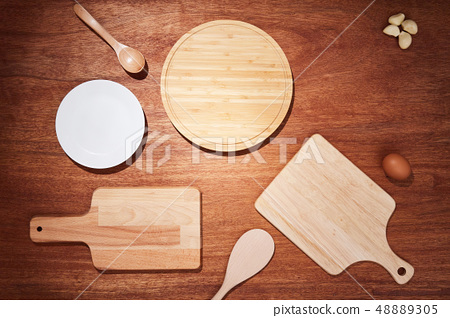 원목 테이블 위 도마 및 주방용품이 있는 배경 48889305