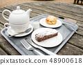 야외 테이블에서받는 케이크와 차 48900618