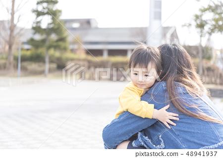父母和小孩 親子 擁抱 48941937