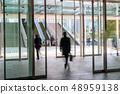 비즈니스 센터 자동문을 통과하는 사업가 48959138
