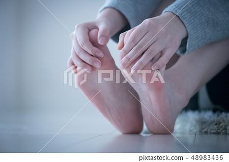 做腳按摩的一名年輕日本婦女 48983436