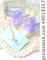 눈물 형식의 펜던트와 푸른 비올라 49018357