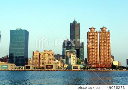 대만 가오슝 가오슝 항, 황혼 워터 프론트, 고층 빌딩과 푸른 하늘, 49056278