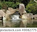 ผู้ปกครองเต่าและเด็กในบ่อน้ำของอุทยานชายหาด Inage 49082775