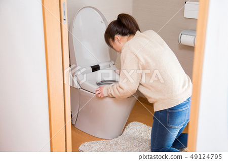 화장실에서 구토하는 여자 49124795