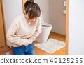 화장실 앞에서 웅크 리고 여성 49125255