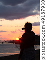 射击美好的日落的妇女 49187930