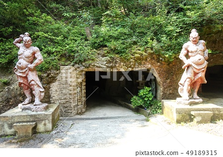 하니베 겐 窟院에있는 동굴 앞에있는 금강 역사상 49189315