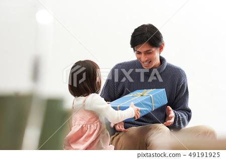 父母和孩子送禮物 49191925