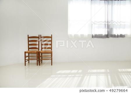 흰벽과 의자, 창문 49279664