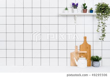 다양한 종류의 정리된 주방도구와 작은 화분 배경 49295506