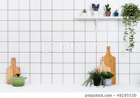 다양한 종류의 정리된 주방도구와 작은 화분 배경 49295530