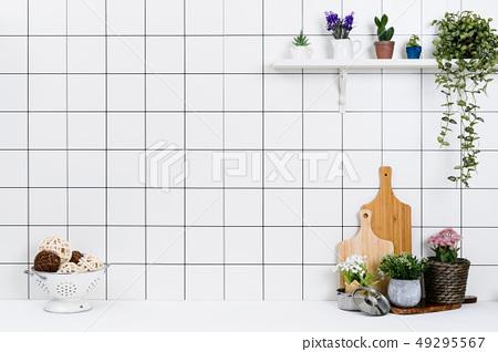 다양한 종류의 정리된 주방도구와 작은 화분 배경 49295567