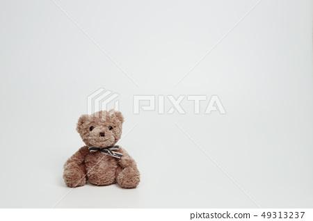 화이트 배경에 놓인 곰인형 49313237