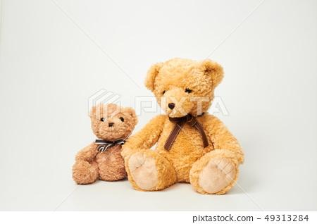 화이트 배경에 놓인 곰인형 49313284