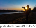 拍一张美丽的风景照片的摄影师人 49364577
