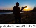 拍一张美丽的风景照片的摄影师人 49364579