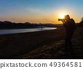 拍一张美丽的风景照片的摄影师人 49364581