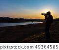 拍一张美丽的风景照片的摄影师人 49364585