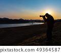 拍一张美丽的风景照片的摄影师人 49364587