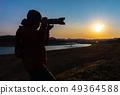 拍一张美丽的风景照片的摄影师人 49364588