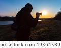 拍一张美丽的风景照片的摄影师人 49364589