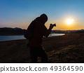 拍一张美丽的风景照片的摄影师人 49364590