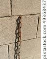 在磚的偏僻的生鏽的鏈圖像 49368437
