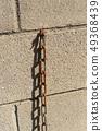 在磚的偏僻的生鏽的鏈圖像 49368439