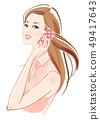 一個與智能手機說話的女人暖色襯衫 49417643
