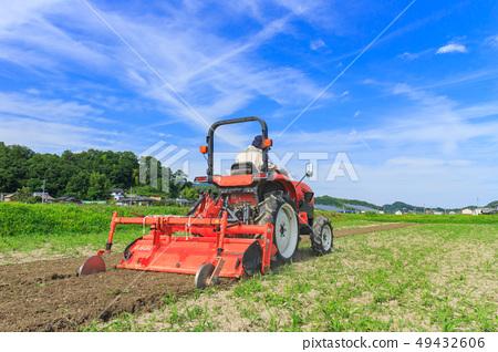 트랙터로 농사하는 농부 49432606
